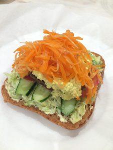 野菜パウダーを使ったパンでサンドウィッチ
