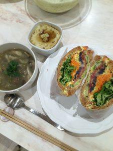 サンドウィッチ、サツマイモのプリンと、野菜スープを一緒に