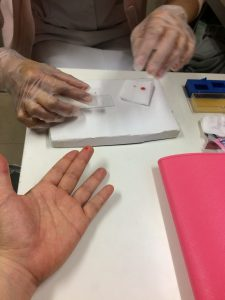 まずは指先の血液をとります。